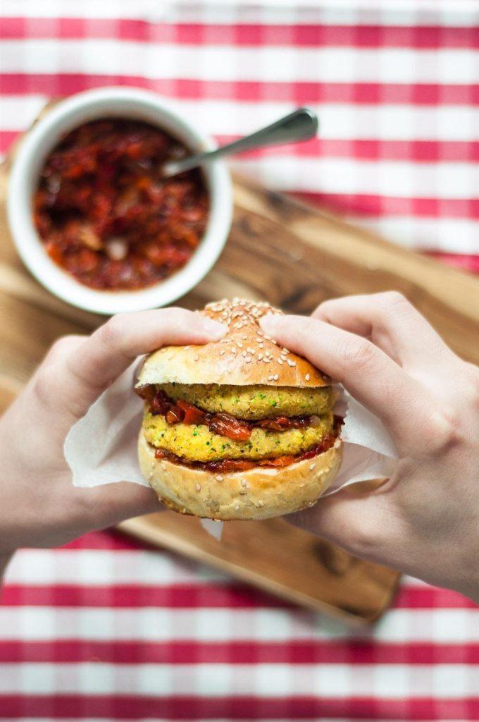 Hambúrgueres de Grão-de-Bico, Quinoa e Caril (Picantes) com Pasta de Pimentos Assados